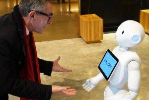Ralf T. Kreutzer im Gespräch mit Roboter Pepper